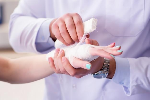 Il traumatologo si prende cura del paziente Foto Premium