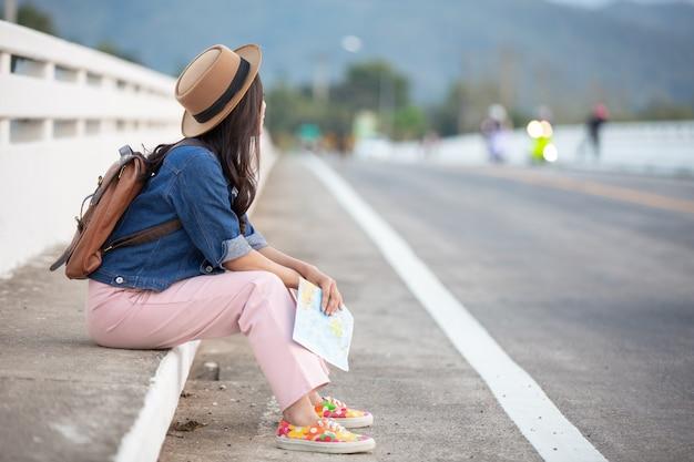 Il turista femminile ha legato la corda della scarpa Foto Gratuite