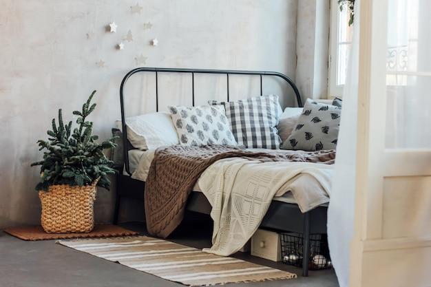 Il vecchio letto con cuscini e coperta a maglia. chris minimalista Foto Premium
