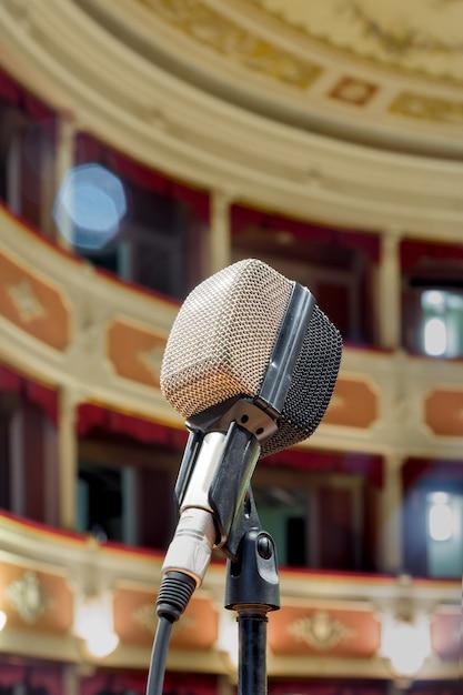 Il vecchio microfono in attesa dello spettacolo dal vivo del cantante nel teatro antico. Foto Premium