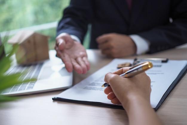 Il venditore ha spiegato i documenti legali del proprietario e ha firmato il riconoscimento. Foto Premium