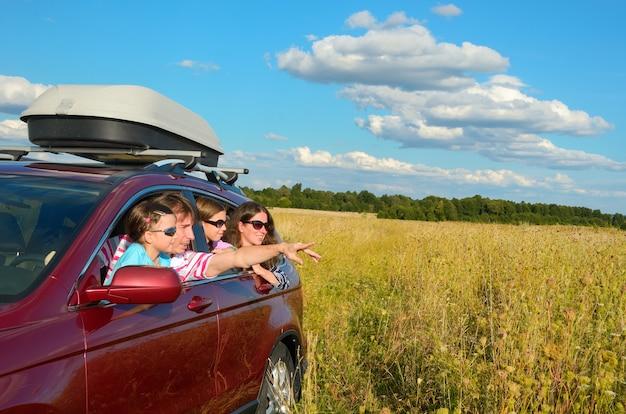 Il viaggio in auto con la famiglia in vacanza, i genitori e i bambini felici si divertono nel viaggio di vacanza, concetto di assicurazione Foto Premium