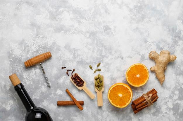 Il vin brulè glintwine è servito in bicchieri per la tavola di natale con arancia e spezie Foto Gratuite