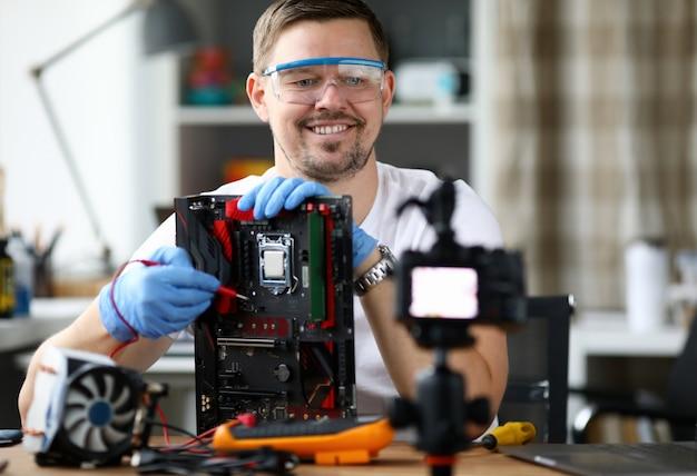 Il vloger maschio fa il ritratto della trasmissione online Foto Premium
