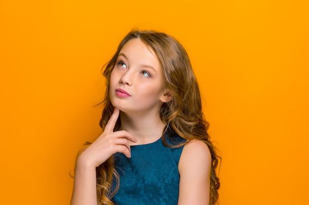 Il volto pensieroso della felice ragazza adolescente Foto Gratuite
