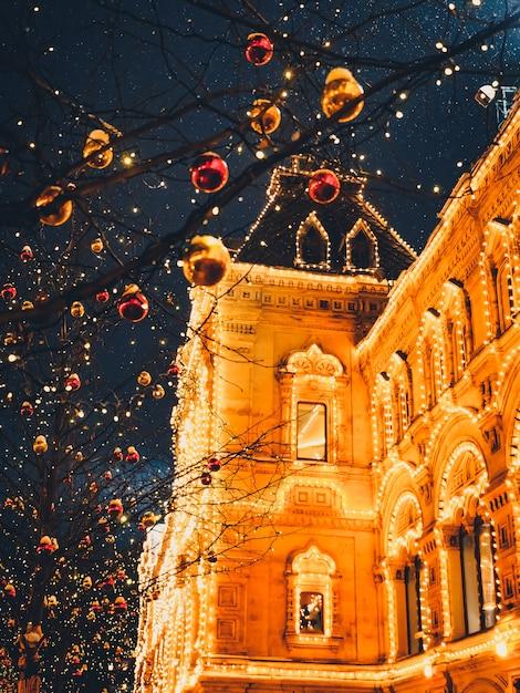 Illuminazioni di natale e decorazioni di natale e capodanno a mosca, russia. piazza rossa Foto Premium