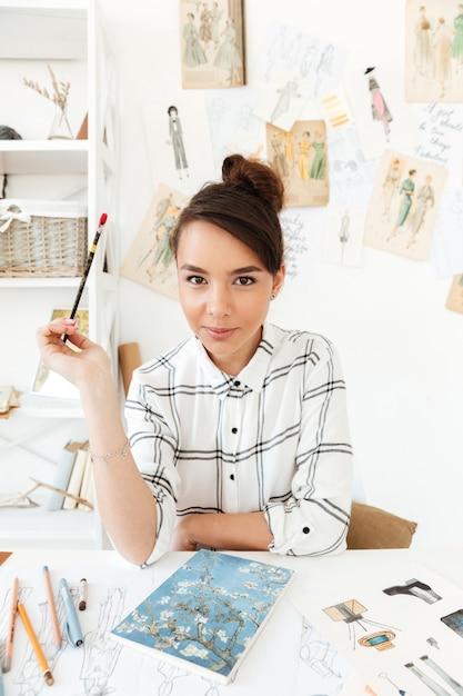 Illustratore di moda giovane donna seria Foto Gratuite