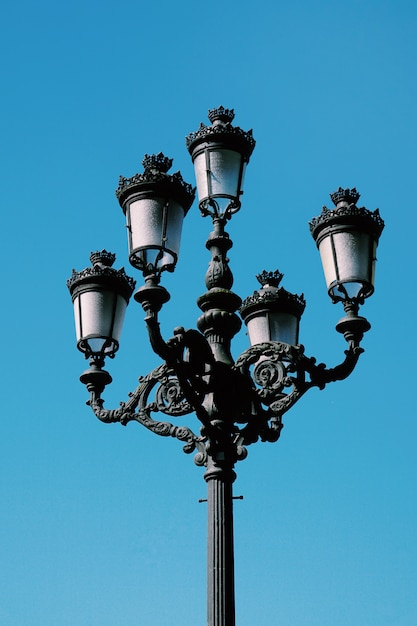 Iluminazione pubblica nella via nella città spagna di bilbao Foto Premium