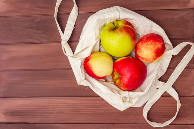 Imballaggio ecologico, zero sprechi per acquisti gratuiti di plastica. frutta fresca in sacchetto di tessuto Foto Premium