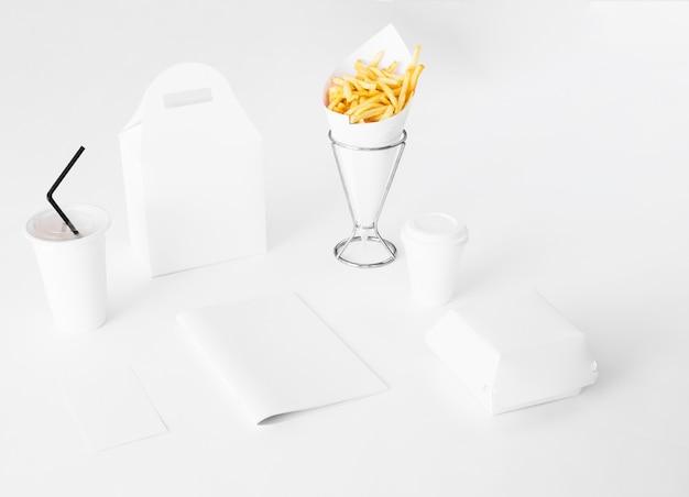 Imballaggio veloce di carta su fondo bianco Foto Gratuite