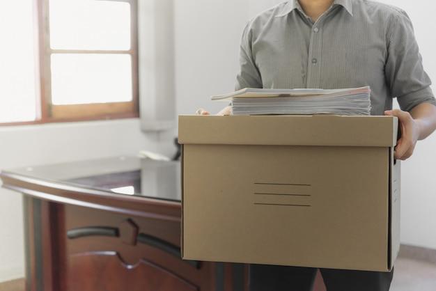 Imbalsamazione degli effetti personali dell'impiegato nella scatola Foto Premium