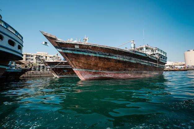 Imbarcazioni abra traghetti attività di crociera sul bay creek. Foto Premium