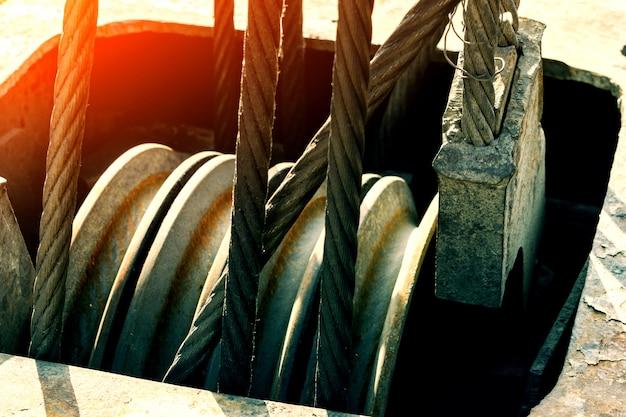 Imbragatura a fune o imbracatura a fune sul tamburo di una gru a tamburo o argano a rullo di una gru nell'industria pesante. Foto Premium