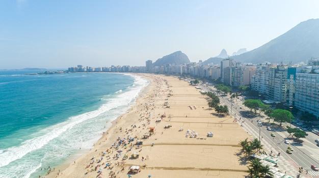 Immagine aerea della spiaggia di copacabana a rio de janeiro. brasile. Foto Premium