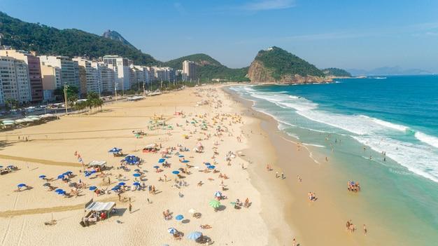 Immagine aerea della spiaggia di ipanema a rio de janeiro. 4k. Foto Premium