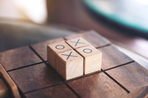 Immagine del primo piano del gioco di legno di tic tac toe o del gioco di ox in una scatola Foto Premium