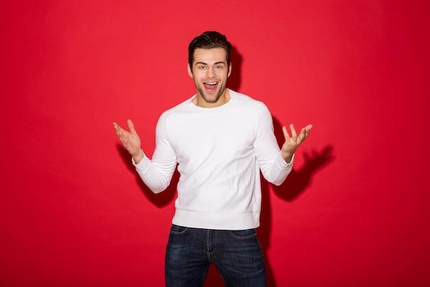 Immagine dell'uomo allegro sorpreso nello sguardo del maglione Foto Gratuite