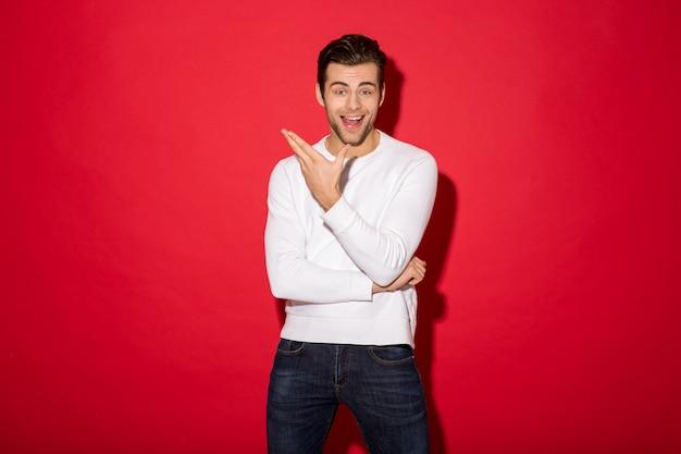 Immagine dell'uomo felice sorpreso nello sguardo del maglione Foto Gratuite