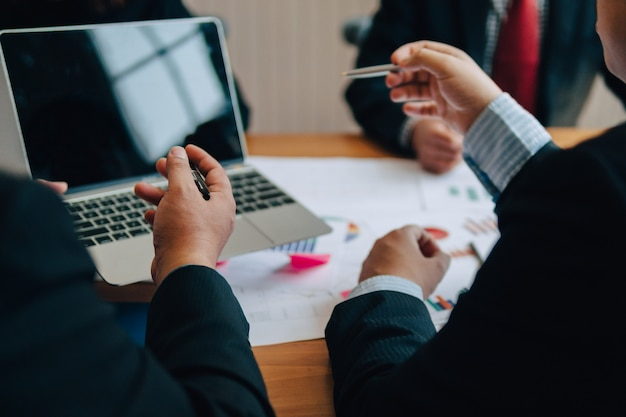 Immagine delle mani umane durante il lavoro di ufficio alla riunione. in ufficio Foto Premium