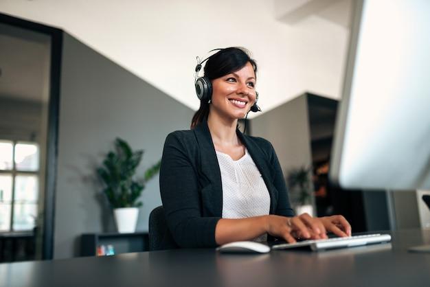 Immagine di close-up di donna felice con auricolare. Foto Premium