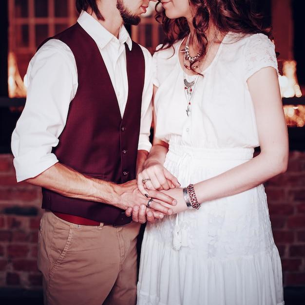 Immagine di concetto di tenersi per mano delle coppie di nozze Foto Premium