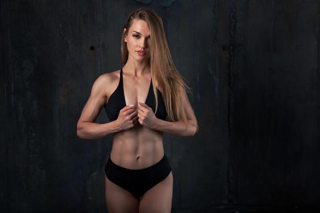 Immagine di muscoloso giovane atleta femminile Foto Premium