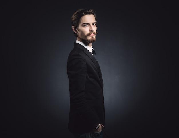Immagine di un elegante giovane uomo di moda Foto Gratuite