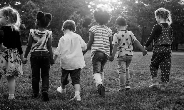 Immagine In Bianco E Nero Di Bambini Che Camminano Al Parco