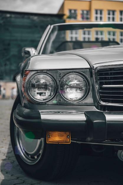 Immagine in stile retrò di una parte anteriore di un'auto d'epoca verde. Foto Premium