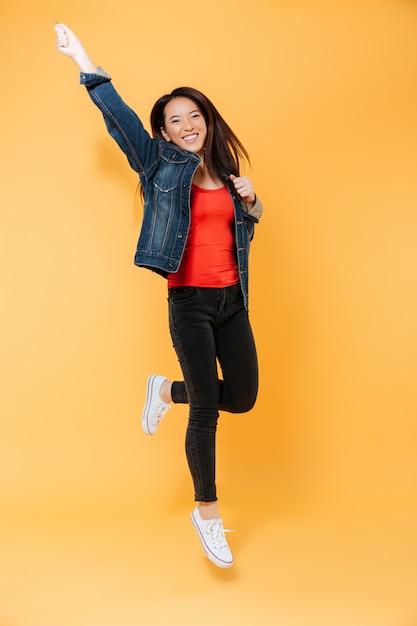 Immagine integrale della donna asiatica allegra in giacca di jeans Foto Gratuite