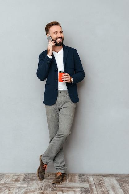 Immagine integrale di felice uomo barbuto in abiti d'affari Foto Gratuite