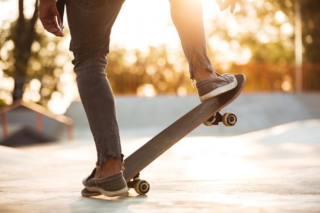 Immagine potata di una pratica del ragazzo del pattinatore Foto Gratuite