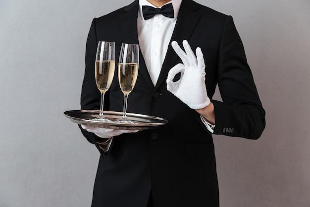 Immagine ritagliata di giovane cameriere Foto Gratuite