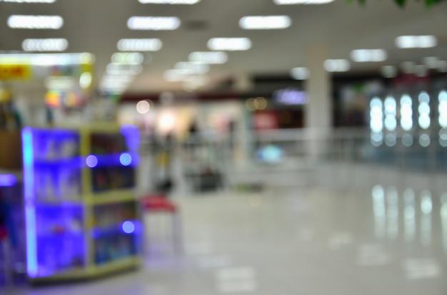 Immagine sfocata degli interni del centro commerciale Foto Premium