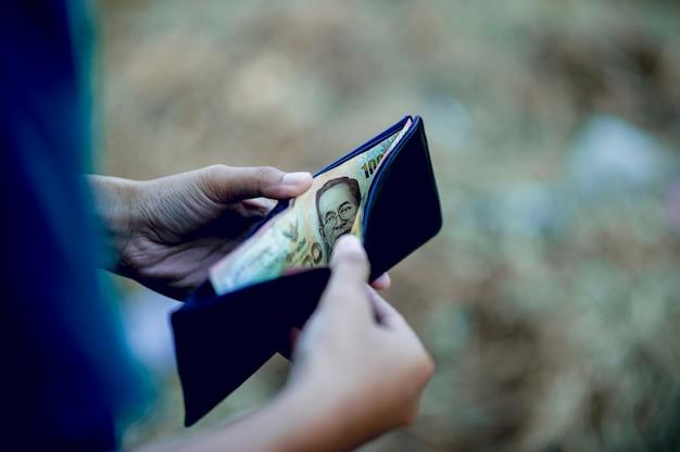 Immagini della borsa e della mano degli uomini d'affari finanziari riuscito concetto finanziario Foto Premium