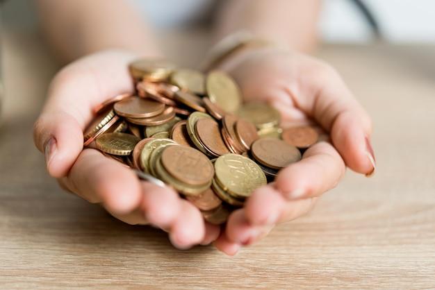 Immagini di mani e soldi di uomini d'affari sulla scrivania. salvare idee con lo spazio della copia. Foto Premium