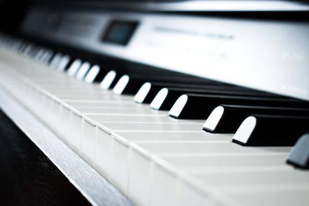 Immagini di pianoforte nella stanza della pratica musicale. Foto Premium