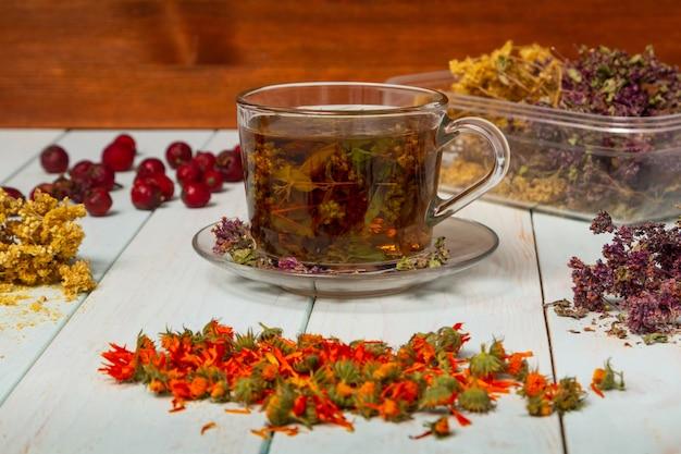 Immagini di preparati a base di erbe. tè di erbe medicinali. Foto Premium