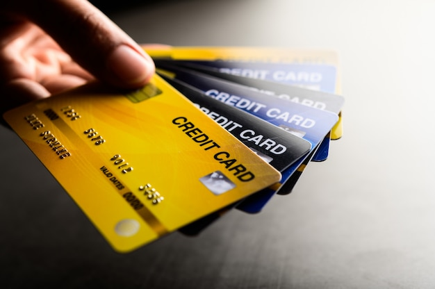 Immagini ravvicinate di più telefoni con carta di credito Foto Gratuite