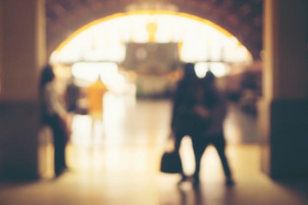 Immagini sfocate di persone nella stazione ferroviaria Foto Premium