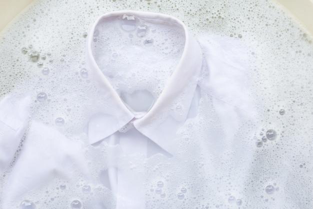 Immergi il panno prima di lavarlo Foto Premium