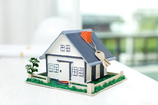 Immobiliare con modello di casa e chiavi Foto Gratuite
