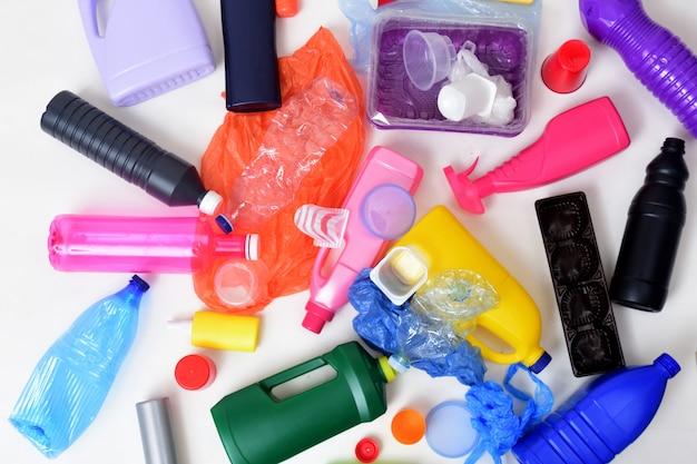 Immondizia di plastica isolata su bianco Foto Premium