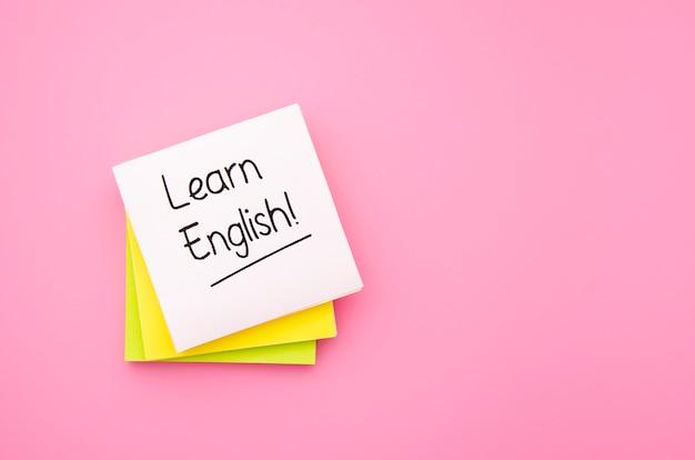 Impara le note adesive inglesi su sfondo rosa Foto Gratuite
