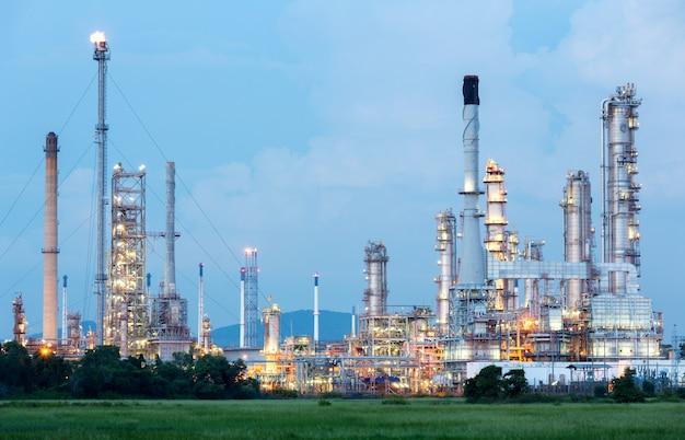 Impianto di raffineria di petrolio Foto Premium