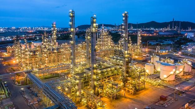 Impianto petrolchimico di vista aerea e fondo della pianta della raffineria di petrolio alla notte, impianto petrolchimico della raffineria di petrolio alla notte. Foto Premium