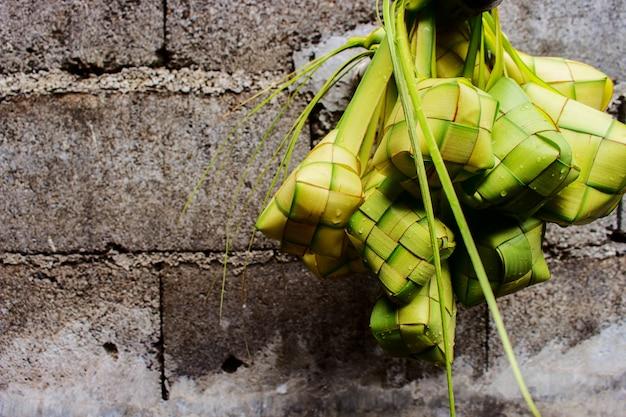 Impiccagione di polpette di riso Foto Premium