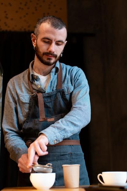 Impiegato della caffetteria con grembiule Foto Gratuite