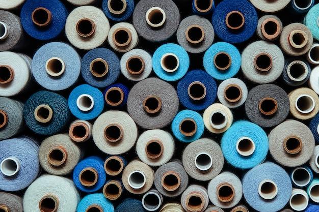 Impostare i fili di colore diverso per cucire diversi colori tavolozza multicolore blu lilla nero brillante fredda tonalità grigia Foto Premium