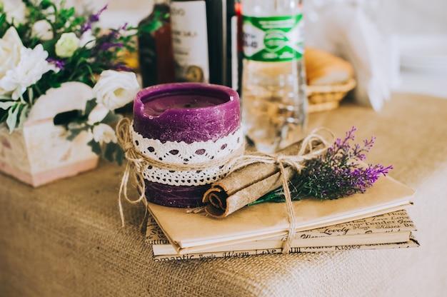 Impostazione della tavola di nozze in stile rustico. Foto Premium